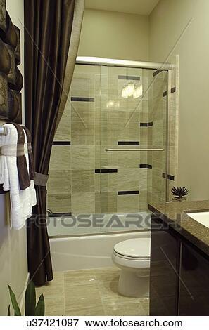 Riegue armario, y, ducha, vidrio, en, doméstico, cuarto de baño Colección  de foto