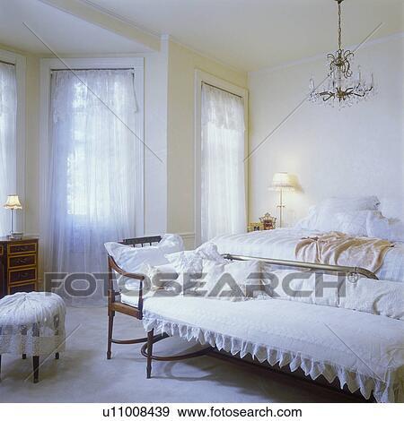 Banque De Photo   Désordre, Chambre à Coucher, à, Dentelle, Rideaux,