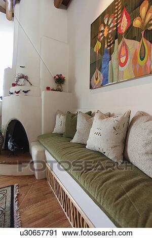 Gemälde Wohnzimmer | Stock Fotografie Gebaut Wand Couch Mit Gross Gemalde Und