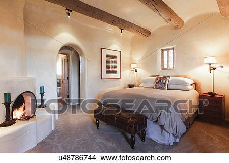 Slaapkamer Met Openhaard : Stock foto stelen lampen op door net bed met openhaard in