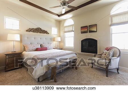 Slaapkamer Met Openhaard : Stock fotografie stelen lampen op door net bed met openhaard