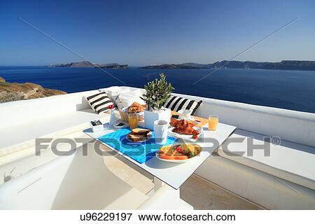 image table petit d jeuner sur balcon santorini les cyclades gr ce u96229197. Black Bedroom Furniture Sets. Home Design Ideas