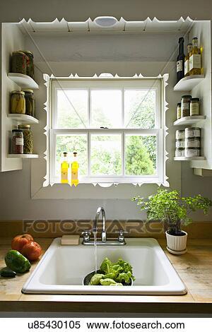 Archivio Immagini - cucina, finestra, con, mensole, e, uno ...