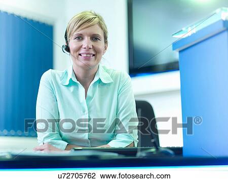 Banque de photo portrait de réceptionniste téléphone ecouteur