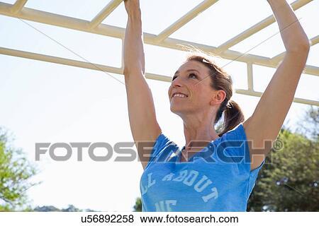 Klettergerüst Training : Frau jubelten bye ihre teamkollegen klettergerüst klettern beim