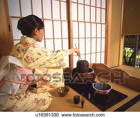Stock Fotografie - frau, in, kimono, schaufeln, heißes wasser, von ...