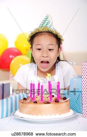 Bilder Madchen Blasen Geburtstagskuchen Tragen Partyhut