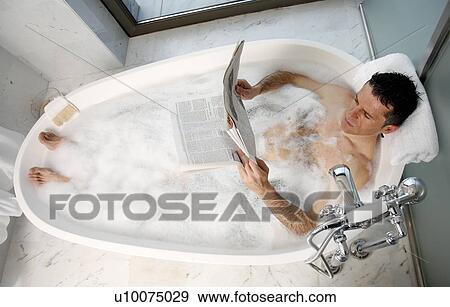 Mann Entspannen In Badewanne Mit Blasen Stock Foto U10075029