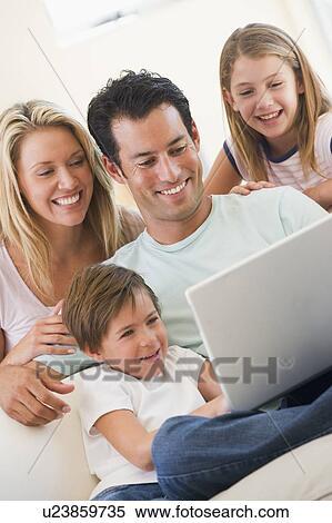 Archivio Immagini - famiglia, in, soggiorno, con, laptop, sorridente ...