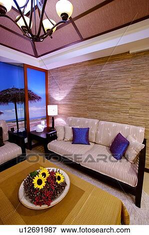Beeld - woonkamer, met, sofa, en, tafel, met, een, bloem, middenstuk ...