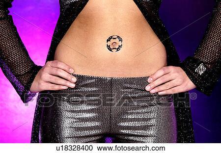 Banco De Fotografías Mujer Con Tatuaje Alrededor Ombligo
