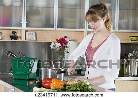 Stock Fotografie - frau, ausschnittgemüse, mit, grüne küche, kompost ...