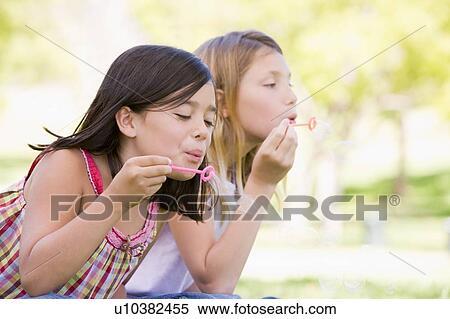 Mädchen, die blasen