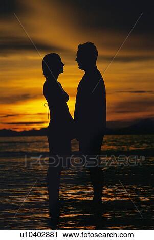 Silhouette Eines Paares Auf Strand Küssen Hintergrund Bei Sonnenuntergang  Lizenzfrei Nutzbare Vektorgrafiken, Clip Arts, Illustrationen. Image  60679042.