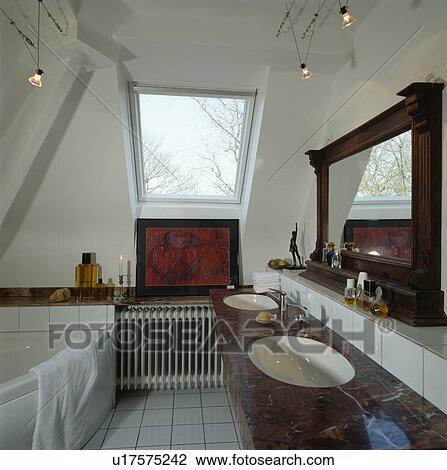 Ático, cuarto de baño, con, moderno, iluminación, y, un, esquina ...
