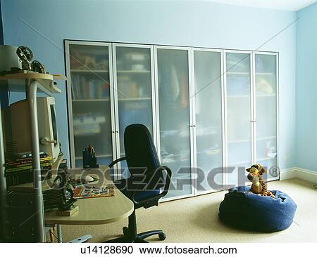 Ajusté stockage armoires à opaque portes verre dans bureau