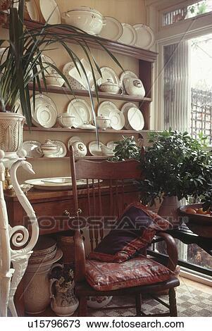 Eetstoel Met Tafel.Stock Foto Antieke Stoel Voor Kleermaker Met Witte Aardewerk