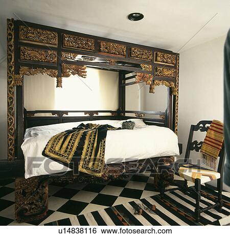 Antiquité, oriental, découpé, lit, et, chaise, dans, maison mitoyenne,  chambre à coucher, à, rayé, tapis, sur, noir blanc, plancher Banque de ...