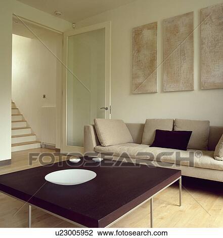 B&b, italia, scuro, legno, tavola, e, beige, divano, in, moderno,  livingroom, con, immagini, sopra, divano Archivio Immagini