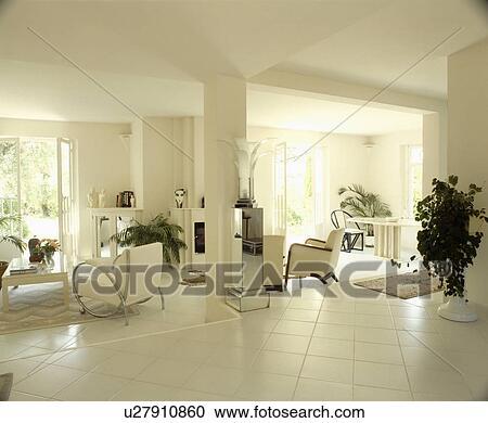 Bianco, mattonelle pavimento, in, moderno, openplan, bianco, soggiorno  Archivio Immagini