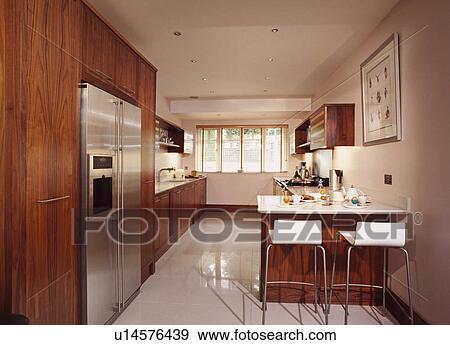 Bianco, sgabelli, a, sbarra colazione, in, moderno, cucina, con, americano,  stile, congelatore frigorifero, e, bianco, mattonelle pavimento Archivio ...