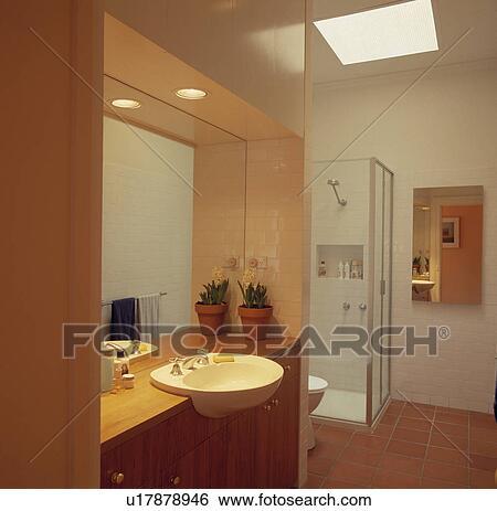 Blanc, bassin, ensemble, dans, pâle, bois, vanité, unité, au-dessous,  miroir, dans, moderne, blanc, salle bains, à, terre cuite, plancher carrelé  ...