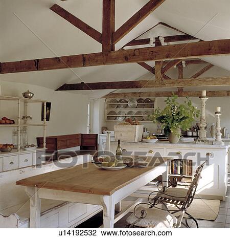 Blanc, bois, régler, et, table, dans, blanc, salle manger, dans, grange,  conversion, à, sommet, plafond Banque d\'Image