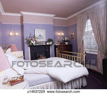 Blanc, couette, et, oreillers, sur, laiton, lit, dans, mauve, chambre à  coucher, à, rose, plafond, et, floral, rideaux Banque de Photo