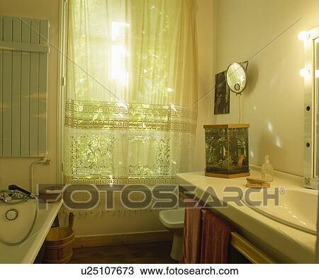 Blanc, dentelle, rideaux, à, fenêtre, de, traditionnel, blanc, salle bains  Banque d\'Image