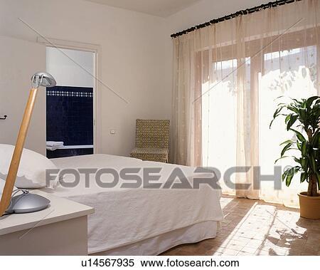 Blanc, plan, à, voile, rideaux, pour, ceci, moderne, chambre à coucher, à,  salle bains, ensuite. Banques de Photographies
