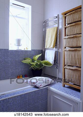 Stock Foto Blau Mosaikfliesen Und Senkrecht Stahl Heizkorper