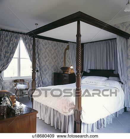 Behang Slaapkamer Blauw.Blauwe Gestreepte Gordijnen Gordijnkap Op Vier Aanplakbiljet