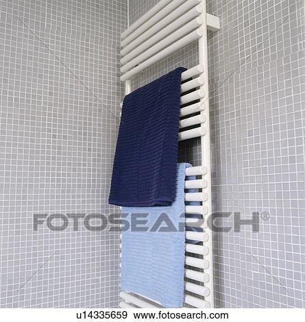Bleu, serviettes, blanc, chauffé, serviette, rail, sur, gris, mosaïque,  carrelé, salle bains, mur Banque de Photo