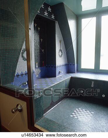 Bleu turquoise, et, blanc, modelé, mosaïque, mur carrelé, au-dessus,  sunken, mosaïque, bain, dans, moorish-style, salle bains Image