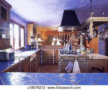 Credenza Da Cucina In Spagnolo : Archivio fotografico blu pavimentato worktops in