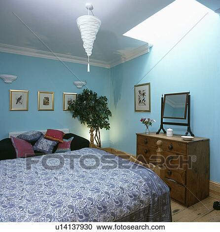 Blue+white, paisley, bedcover, dans, pastel, turquoise, chambre à coucher,  à, acajou, commode Banque d\'Image