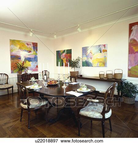 Bois, parquet, dans, salle manger, à, antiquité, ovale, table, et, grand,  résumé, images, sur, murs, au-dessous, piste, éclairage Banque de Photo