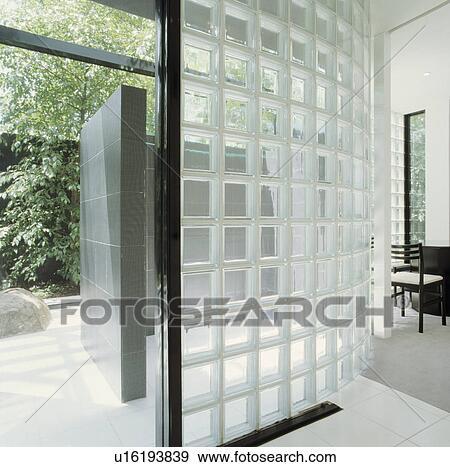 Brique verre, mur, seperating, moderne, salle bains, et, salle, à, porte  ouverte, et, vue, de, jardin Banque de Photo