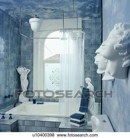 Immagini classico statue e teste in pastello blu bagno con blu marmorizzato pareti - Bagno blu e bianco ...