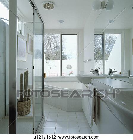 Banque de Photo - coin, bain, au-dessous, fenetres, dans, moderne ...