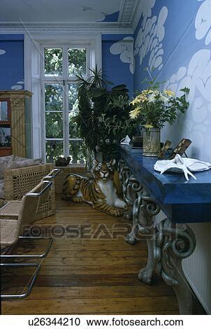 Collection De Sculpture Sur Plancher Bois Dans Années Soixante Dix Salle Manger à Peinture Effet Nuages Bleu Ciel Sur Murs Banque