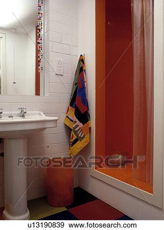 Coloré, serviette, blanc, mur carrelé, à côté de, orange, douche, cabinet,  dans, moderne, salle bains Banque de Photo