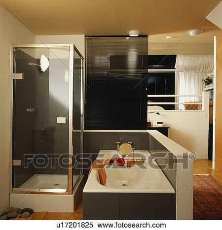 Compact, ensuite, salle bains, à, douche, et, bain, divisé, depuis, chambre  à coucher, par, noir, slatted, aveugle Banques de Photographies