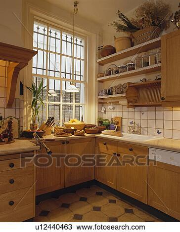 Cucina, con, legno, unità, e, mensole, e, sicurezza, barre, finestra  Archivio Immagini