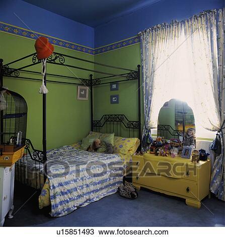 Enfant, métal, lit baldaquin, dans, coloré, vert bleu, chambre à ...