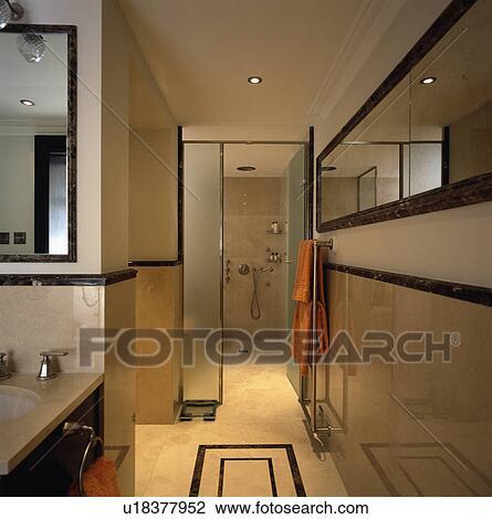 Stock Foto - lang, spiegel, in, travertine-tiled, hippe, badkamer ...