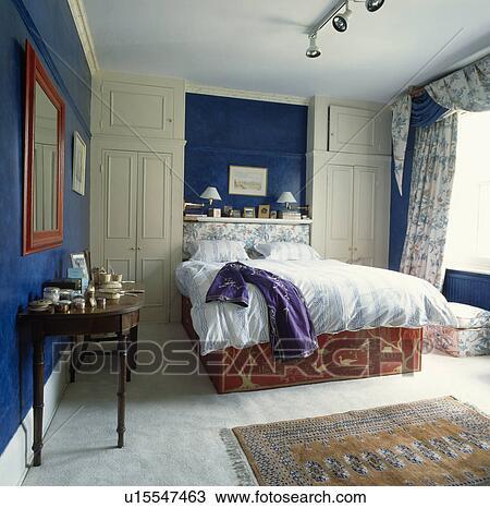 Lit, dans, alcôve, entre, ajusté, garde-robes, dans, traditionnel, chambre  à coucher, à, petit, tapis, blanc, moquette Banque d\'Image
