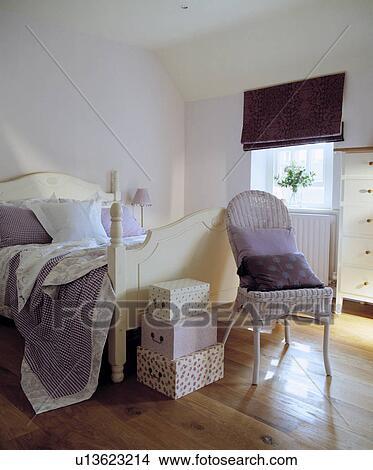 Mauve jeter sur cr me lit bois dans mauve grenier chambre coucher plancher bois - Chambre a coucher mauve et gris ...