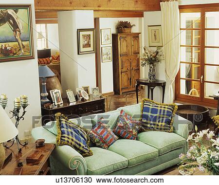Modellato, cuscini, su, pastello, sofà verde, in, spagnolo, soggiorno  Archivio Immagini