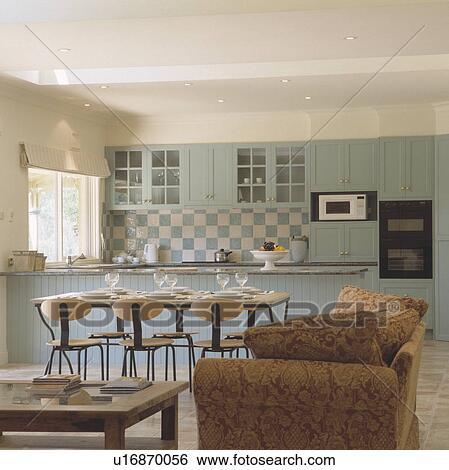 Moderno, sedie, e, tavola, in, openplan, sala da pranzo, e, pastello, blu,  cucina, con, blue+white, tegole parete Archivio fotografico